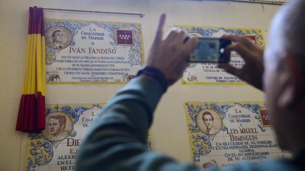 Azulejo en memoria de Iván Fandiño en Las Ventas, rodeado de otros a Gregorio Sánchez, Diego Puerta o Luis Miguel Dominguín