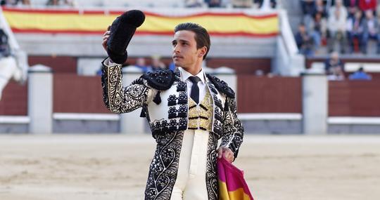 Alberto Agular saluda una ovación en la tarde de su despedida de Madrid