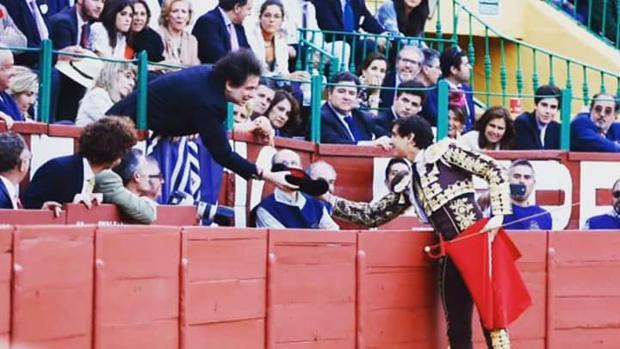 Andrés Roca Rey brindó en Jerez una faena de rabo a Andrés Calamaro
