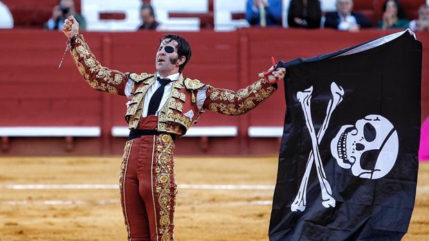 Juan José Padilla, bandera pirata en mano