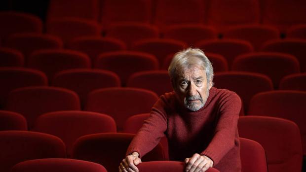 José Sacristán fotografiado en el patio de butacas del Teatro Bellas Artes de Madrid