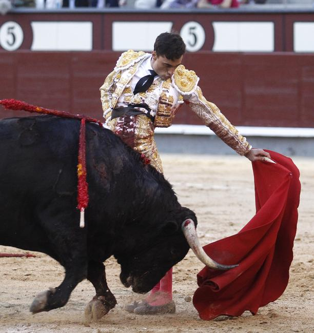 Paco Ureña, en un natural a pies jutos al quinto toro