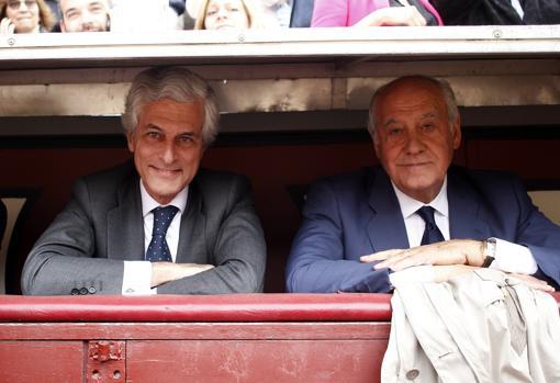 Adolfo Suárez y Ramón Valencia, en el burladero