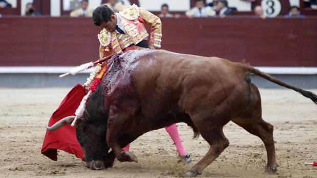 Joselito Adame, en un derechazo al manso quinto