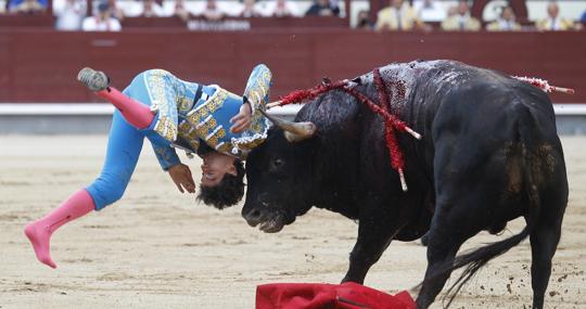 Fea voltereta a Curro Díaz en el primer toro