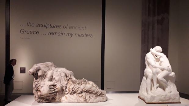 A la izquierda, figuras de dos diosas procedentes del frontón este del Partenón. A la derecha, «El Beso», de Rodin (versión en yeso)