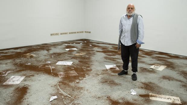 Artur Barrio, en una sala del Reina Sofía donde ha creado una instalación ex profeso con café
