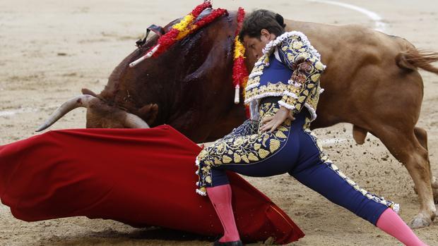El Juli se dobla con el tercero, un magnífico toro de Alcurrucén