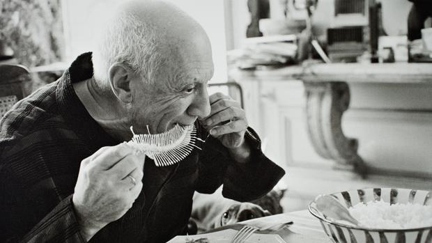 Picasso en 1957, realizando «Plato con fósil de pez»