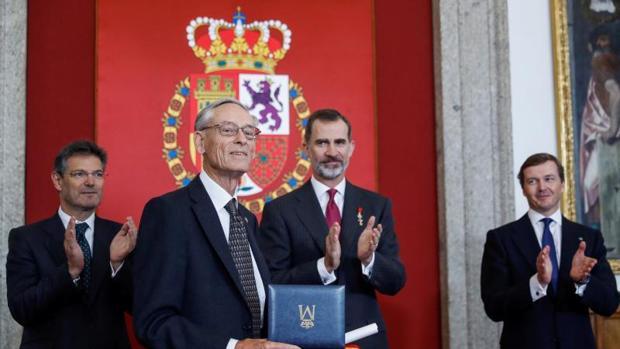 El historiador John Elliott con el premio Órdenes Españolas