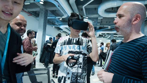 Un asistente a la conferencia, probando un interfaz de Realidad Virtual