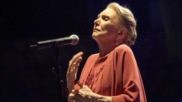 María Dolores Pradera durante una de sus actuaciones