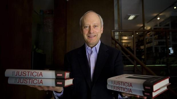 Michael Sandel con ejemplares de su libro «Justicia»