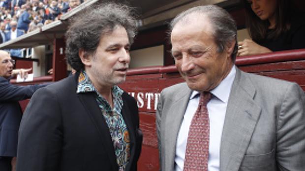 Andrés Calamaro y Fernando Domecq comentan la tarde de toros en el callejón de Las Ventas