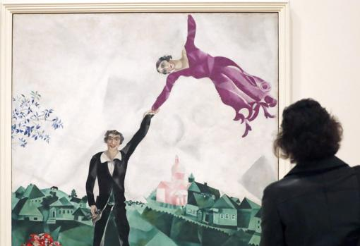 Una mujer contempla «Paseo» (1917-18), de Marc Chagall