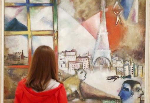 Una joven contempla «París a través de la ventana» (1913), de Marc Chagall