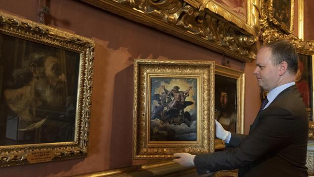El director de la Galería de los Uffizi, Eike Schmidt, muestra la obra «La visión de Ezequiel», de Rafael