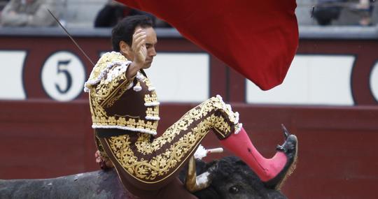 Momento en que el pitón penetra en el muslo del torero