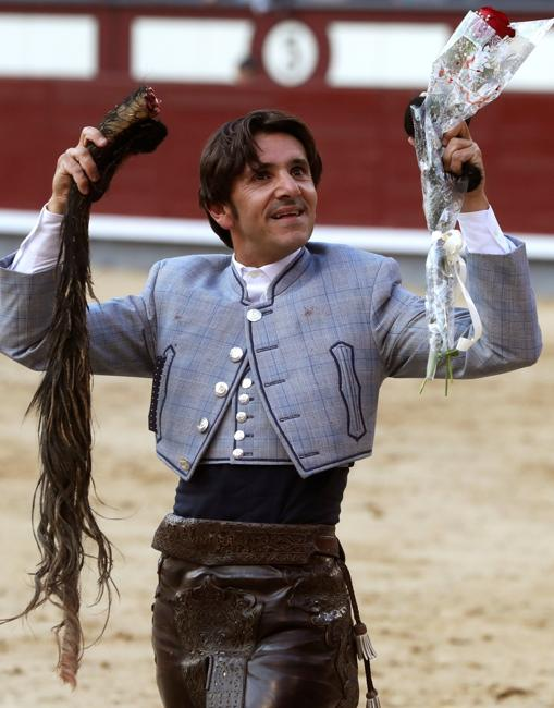 El rejoneador Diego Ventura pasea orgulloso con el trofeo que no se concedía desde 1972