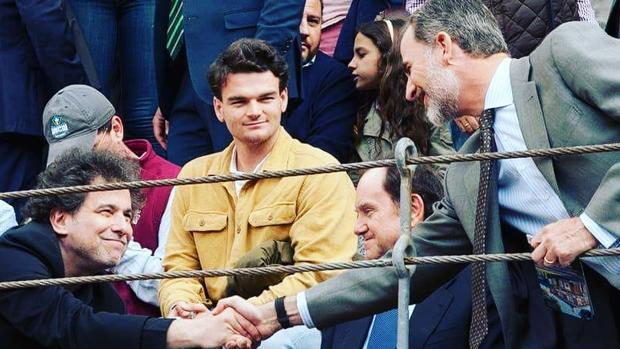 Andrés Calamaro y el Rey se saludan en una barrera de Las Ventas, en la Corrida de la Prensa
