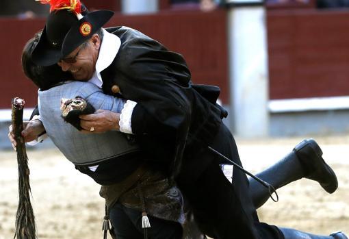 Diego Ventura se abraza y aúpa al alguacilillo que le entregó la oreja