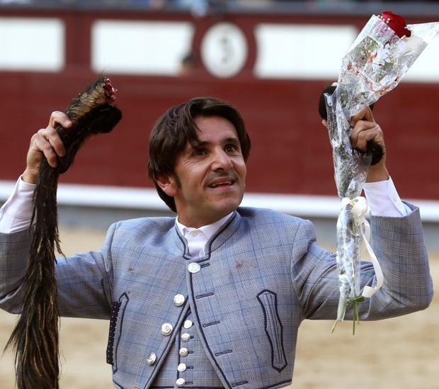 Diego Ventura pasea el rabo que cortó en San Isidro