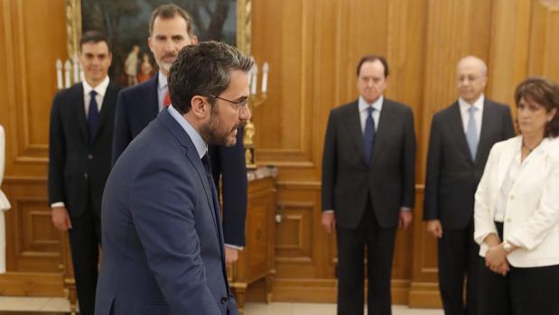 Mâxim Huerta promete su cargo como ministro de Cultura, ante la atenta mirada de Pedro Sánchez