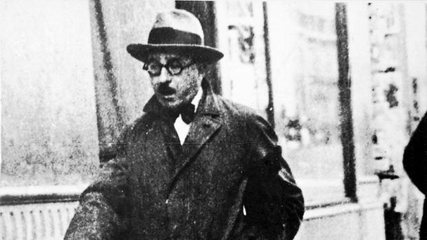 Fernando Pessoa, fotografiado en las calles de Lisboa