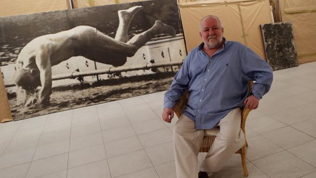 Darío Villalba, en su estudio junto a una de sus obras