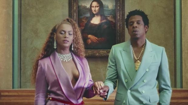 Imagen del videoclip de «Apeshit», con Beyoncé y Jay-Z en el Louvre con la «Gioconda» al fondo
