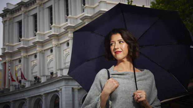 Lisette Oropesa, delante del Teatro Real