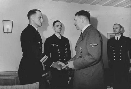 Adolf Hitler y el oficial Erich Topp se dan la mano (Hardegen se encuentra en el centro)