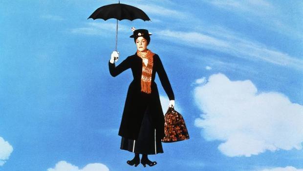 Julie Andrews descendiendo del cielo en una de las escenas de la emblemática película Mary Poppins