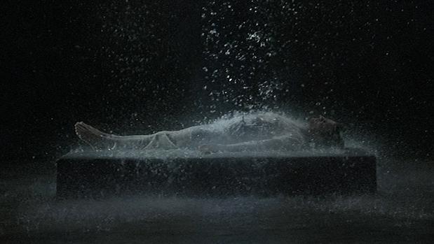«La ascensión de Tristán (El sonido de una montaña bajo una cascada), de Bill Viola. Detalle