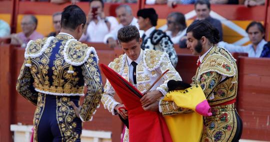 Carretero tomó la alternativa de manos de Morante y en presencia de Manzanares, al que brindó el último toro