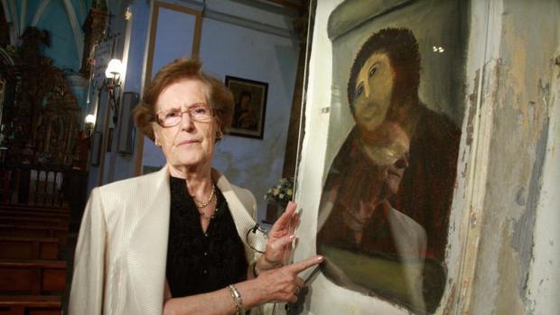 Cecilia Giménez posa junto al «Ecce Homo»