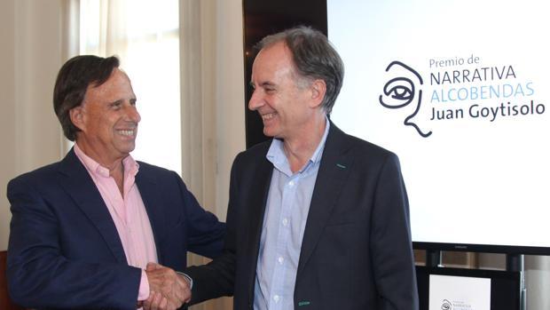 El alcalde de Alcobendas da la enhorabuena al escritor Antonio Soler
