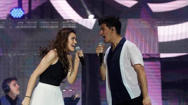 Amaia y Alfred durante la actuación