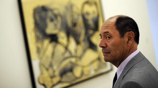Claude Picasso frente a una obra de su padre, Pablo Picasso