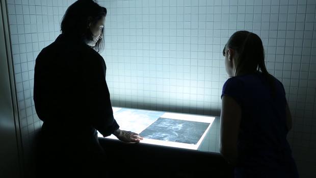 Dos trabajadoras del Prado, en mitad del estudio al que ha sido sometida la obra «Las meninas»