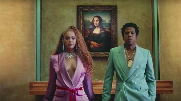 Los dos artistas en una escena de su vídeo «APES**T»