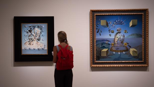 Una vistante contempla dos de los retratos que Dalí hizo de Gala