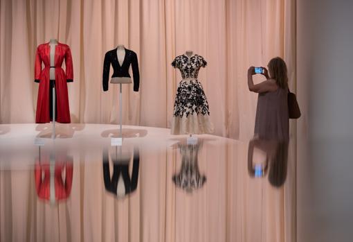 La muestra exhibe algunos de los vestidos de Gala