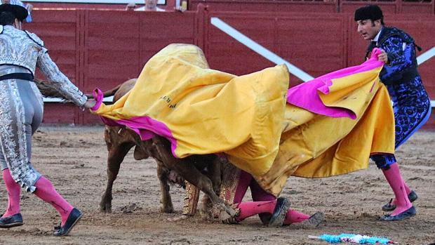 Juan José Padilla, a merced del toro, mientras tratan de socorrerle los subalternos