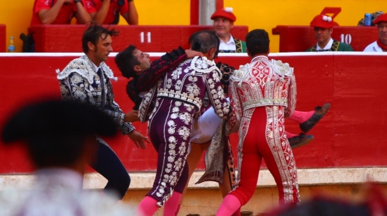San Fermín: cornada en el vientre a Javier Castaño al entrar a matar