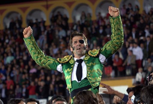 Juan José Padilla reapareció a hombros en 2012 en Olivenza tras su cornada de Zaragoza