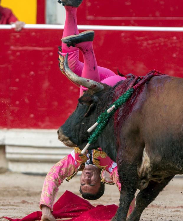 Octavio Chacón sufrió un volteretón con el primer toro de la tarde