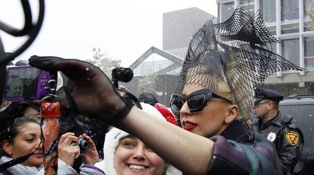 Lady Gaga se hace un «selfie» con una fan