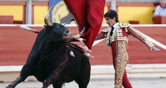 Sebastián Castella, en un pase de pecho