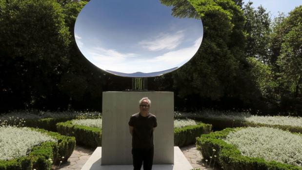 Anish Kapoor, fotografiado delante de una de sus obras en el Museo Serralves de Oporto